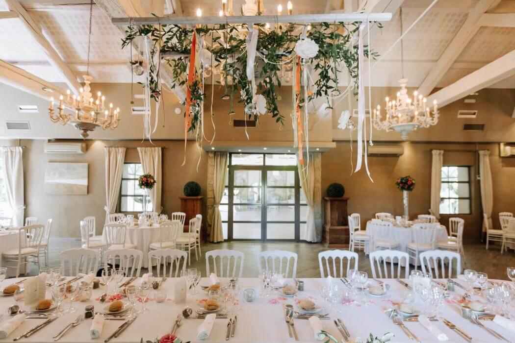 Salle de réception de mariage, dressée et fleurie