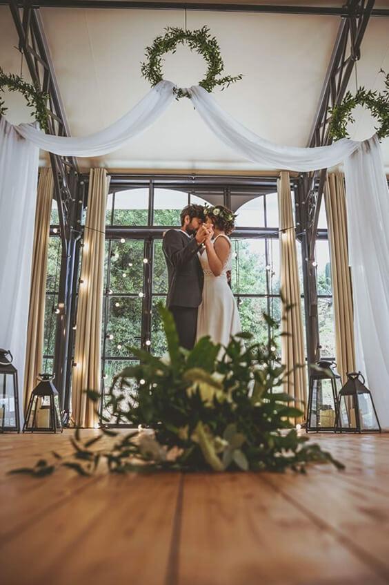 Bouquet de mariage devant des mariés