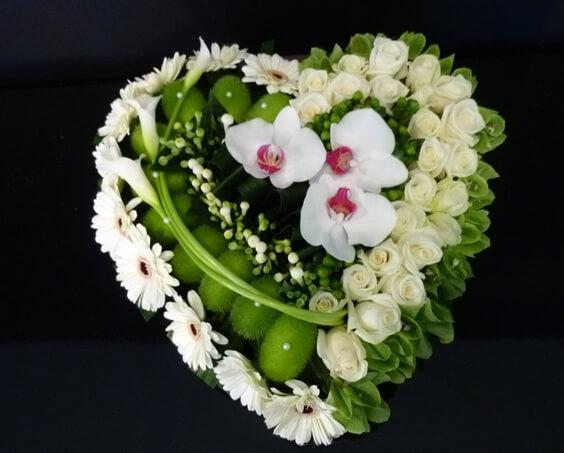 bouquet en forme de cœur fleuri